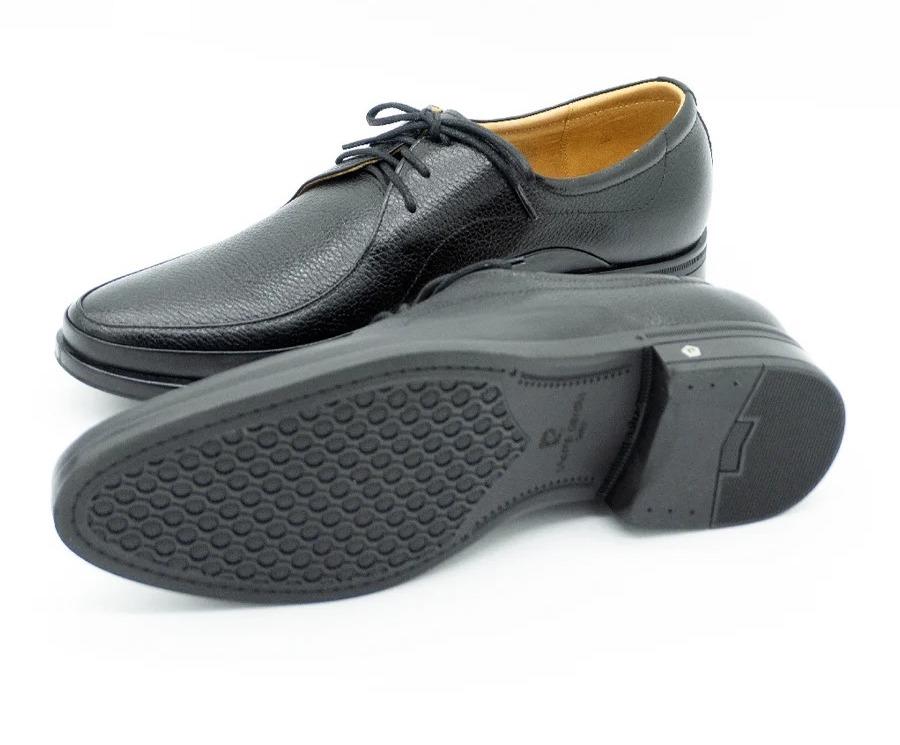 Giày da nam Pierre Cardin PCMFWLE701BLK với hai lựa chọn màu nâu và đen, có giá lần lượt là 1,295 triệu đồng và 1,495 triệu đồng, đều giảm nửa giá so với giá gốc. Thiết kế kiểu cột dây thanh lịch, sang trọng, tạo điểm nhấn phong cách cho phái mạnh. Đế giày bằng cao su có rãnh chống trượt. Chất da thật mềm, không gây đau chân dù mang trong thời gian dài.