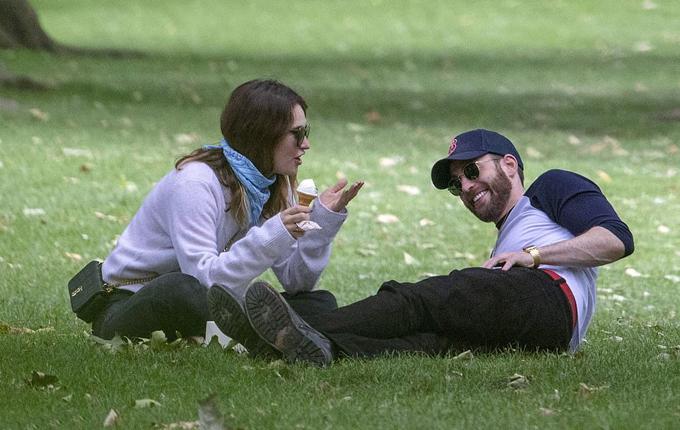 Tháng 7/2020, tài tử đào hoa đi chơi công viên và dạo phố London với cô đào Lily James - người đẹp nổi tiếng với phim Lọ Lem và Mamma Mia 2. Tuy nhiên cuộc tình này của Chris Evans cũng chóng nở sớm tàn như nhiều mối quan hệ trước của anh. Từ sau lần hẹn hò với Lily James, Chris Evans trở nên kín tiếng trong chuyện tình cảm và không xuất hiện công khai bên cô gái nào khác.