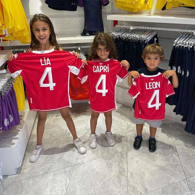 Ba bé Lia, Capri và Leon là fan cuồng nhiệt của bố, một cựu cầu thủ Barca chơi thân với Messi. Bố của các nhóc là Suarez, Fabregas hay Neymar