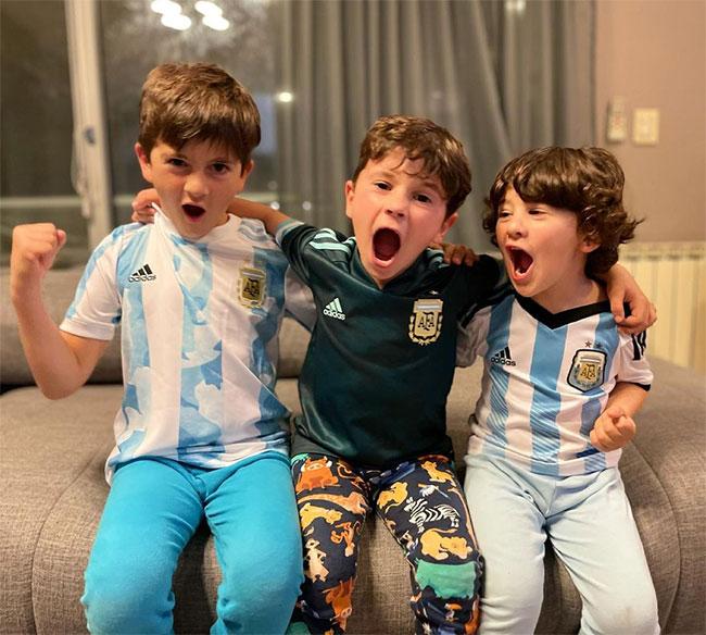 Ba cậu nhóc lém lỉnh này là con một ngôi sao nổi tiếng tuyển Argentina. Bố của các bé là Sergio Aguero, Sergio Ramos hay Lionel Messi?