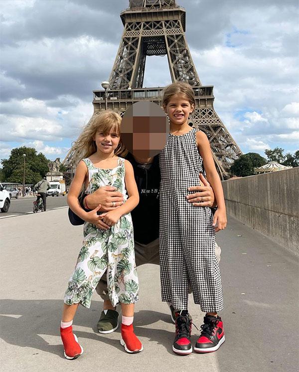 Hai cô bé đáng yêu đứng chụp ảnh cùng bố dưới chân tháp Eiffel ở Paris. Bố của hai nhóc là một ngôi sao có tiếng tại PSG. Anh là Di Maria, Ander Herrera hay Mauro Icardi?