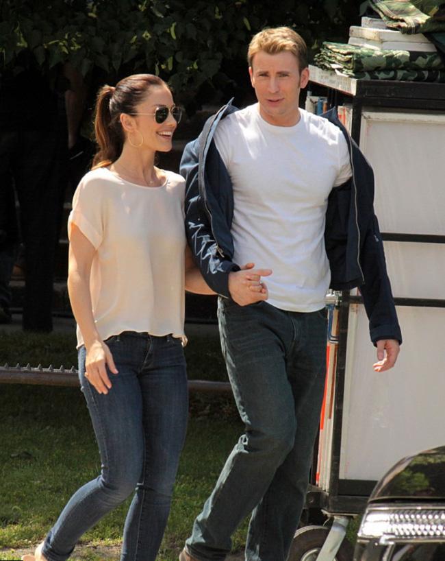 Tháng 9/2015, Chris Evans và nữ diễn viên Friday Night Lights Minka Kelly được trông thấy tay trong tay đi chơi trong Ngày lễ Lao động. Họ từng tan hợp - hợp tan nhiều lần trước đó vào năm 2007, 2012 và 2013.