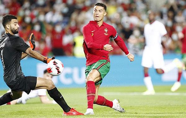 C. Ronaldo ghi bàn thứ 112 cho tuyển Bồ Đào Nha xô đổ kỷ lục của chính mình. Ảnh: EPA