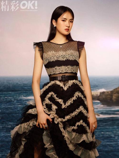 Annabel Yao tạo dáng gượng gạo trên OK!.