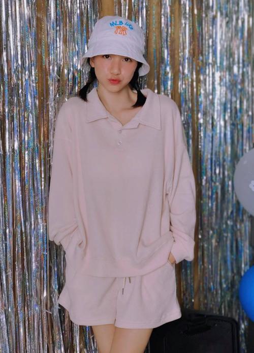 Bộ đồ thể thao chất liệu nỉ giúp Hòa Minzy có vẻ ngoài trẻ trung, năng động. Chỉ với 175.000 đồng, chị em cũng có thể sở hữu trang phục tương tự.