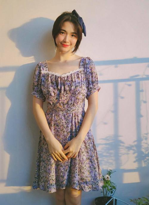 Thiết kế hoa nhí giá 199.000 đồng mang đến cho Hòa Minzy vẻ nhẹ nhàng tiểu thư.