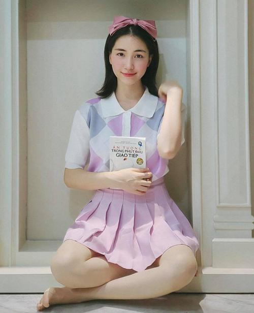 Mua đồ giá rẻ, Hòa Minzy dễ dàng thay đổi trang phục thường xuyên mà không quá tốn kém, vẻ ngoài của cô vì vậy mà luôn mới mẻ. Sau khi bà mẹ một con mặc, set đồ gồm áo len quả trám 159.000 đồng và chân váy 135.000 đồng được nhiều khán giả tìm mua.