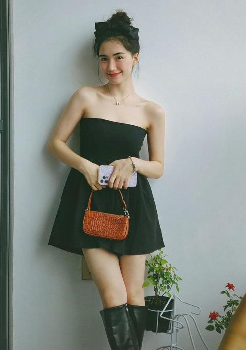 Mặc jumpsuit giá 179.000 đồng kết hợp cùng túi xách cũng có mức giá bình dân, Hòa Minzy được khen thu hút không kém so với lúc diện hàng hiệu từ đầu đến chân.