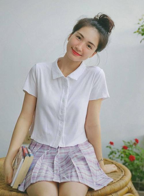 Nhờ nhiệt tình lăng xê đồ giá dưới 200.000 đồng, Hòa Minzy đang trở thành icon thời trang mới của giới trẻ. Mỗi lần cô đăng hình diện đồ mới đều được người hâm mộ tới tấp hỏi chỗ mua.
