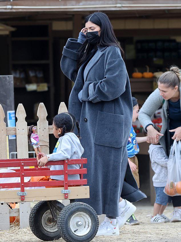 Như những bà mẹ khác, Kylie Jenner dành thời gian đưa con đi chọn bí ngô cho ngày Halloween.