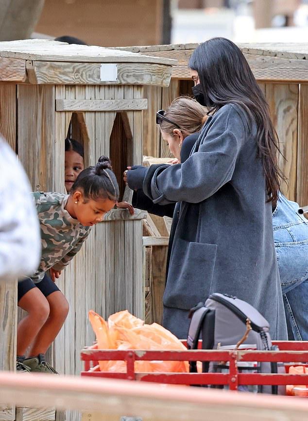 Bầu bí nhưng Kylie vẫn rất năng động. Tháng trước, nữ triệu phú đến New York tham dự tuần lễ thời trang, sau đó bay về quê của bạn trai thăm gia đình anh. Cô cũng thường xuyên đưa con đi chơi vào dịp cuối tuần.
