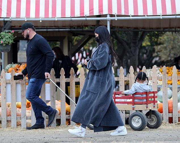 Các nhóc được vệ sĩ của mẹ kéo xe đi chọn bí ngô mang về trưng bày dịp Halloween.