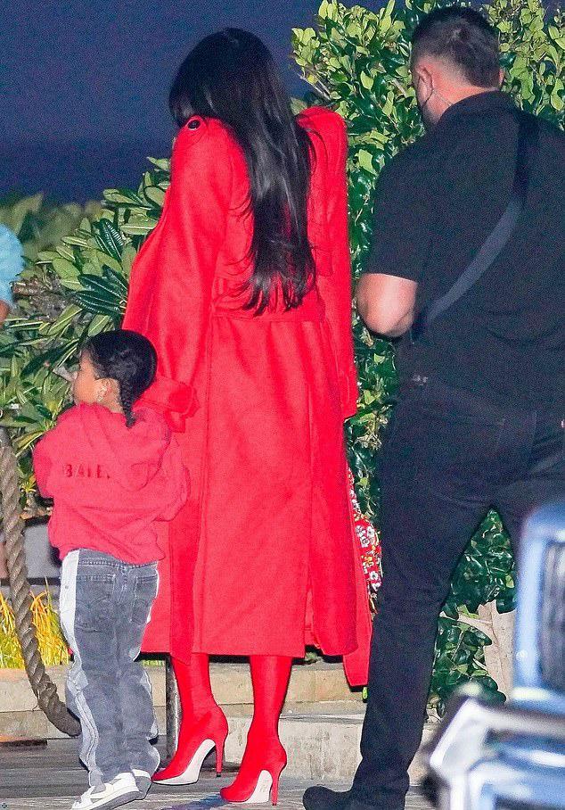 Cô diện bộ đồ đỏ rực này đi ăn tối cùng gia đình tại nhà hàng món Nhật ở Malibu, California.