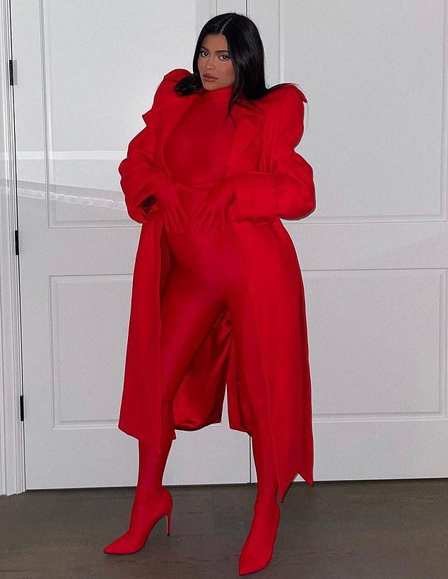 Một ngày trước đó, Kylie Jenner khoe ảnh mặc catsuit đỏ để lộ bụng bầu.