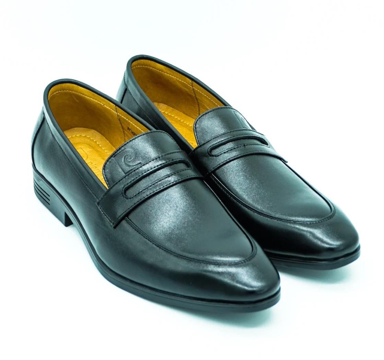 Đồng giá 1,495 triệu đồng là mẫu giày da nam Pierre Cardin PCMFWLE705BLK với điểm nhấn khác biệt là chất da trơn nhám, mềm mại, màu đen thanh lịch, sang trọng, Logo dập nổi trên lưỡi gà kèm phần quai ngang bằng da giúp tạo điểm nhấn.
