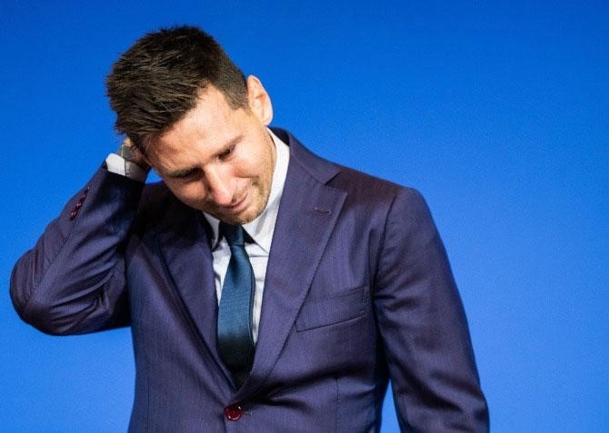 Messi khóc trong buổi họp báo chia tay Barca hôm 8/8. Ảnh: Rex
