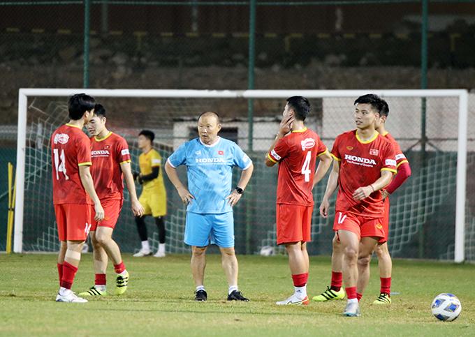 HLV Park Hang-seo nhắc nhở các học trò trên sân tập. Ảnh: VFF