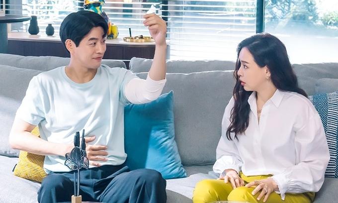 Hoa hậu Honey Lee và tài tử Lee Sang Yoon trở thành cặp bài trùng ăn ý và hài hước trong câu chuyện trả thù của Nữ thanh tra tài ba. Ảnh: Hancinema