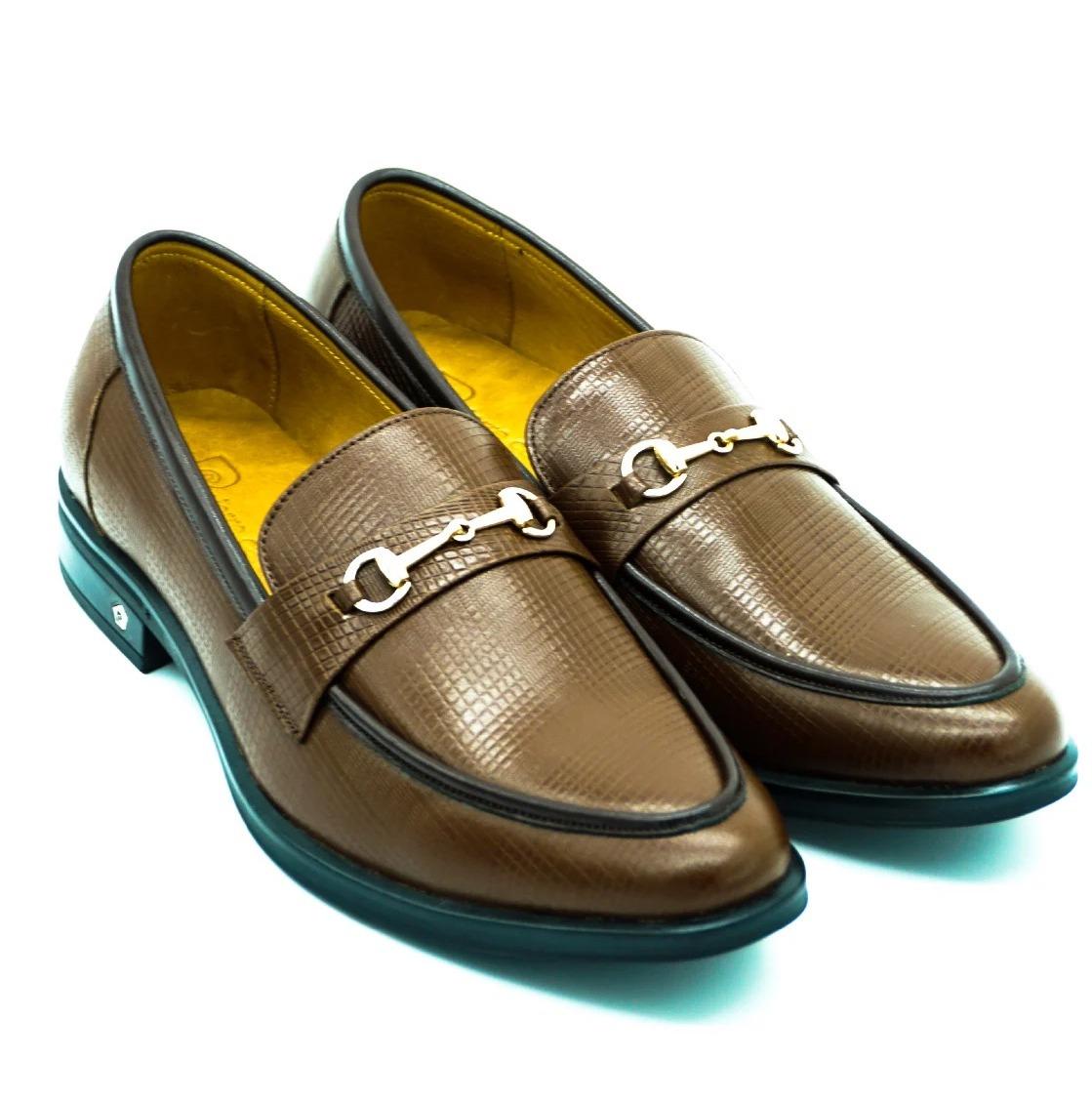 Giày da nam Pierre Cardin PCMFWLE700BRW màu nâu có giá giảm 50% chỉ còn 1,495 triệu đồng (giá gốc 2,99 triệu đồng). Giày màu nâu thanh lịch, có điểm nhấn là phần khóa trên mặt giày. Đế cao su chống trượt, cao 2-2,5 cm kèm logo thương hiệu bằng kim loại. Mặt trong lẫn mặt ngoài đều làm bằng da bò thật êm ái.