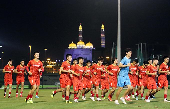 Tuyển Việt Nam chạy khởi động cho buổi tập tối 9/10 tại Oman, trung vệ đội trưởng Quế Ngọc Hải không tham gia cùng các đồng đội vì chấn thương. Ảnh: VFF