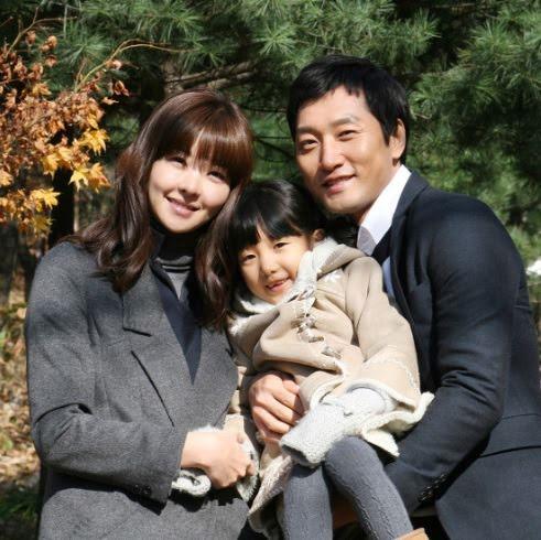 Song Sun Mi và chồng cùng con gái, trước ngày chồng cô đại nạn.