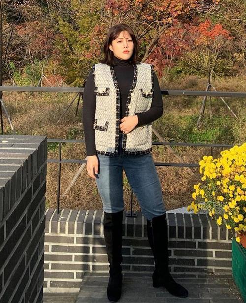 Nữ vlogger cũng thích diện quần với boots cao đến gối - cách mặc đồ tôn dáng nhưng trước đây, cô chẳng thể kiếm nổi đôi boots nào vừa bắp chân.