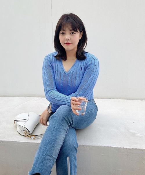 Một chiếc áo len cổ tim cũng giúp thân trên nhẹ nhõm hơn, chứng minh Soo Bin rất tinh tế trong khoản chọn đồ hợp vóc dáng.