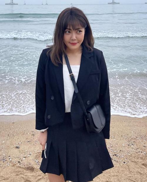 Soo Bin chuộng kiểu mặc áo lửng với chân váy hoặc quần cạp cao. Vốn đã có chiều cao tốt, cô trông càng gọn gàng, cao ráo.