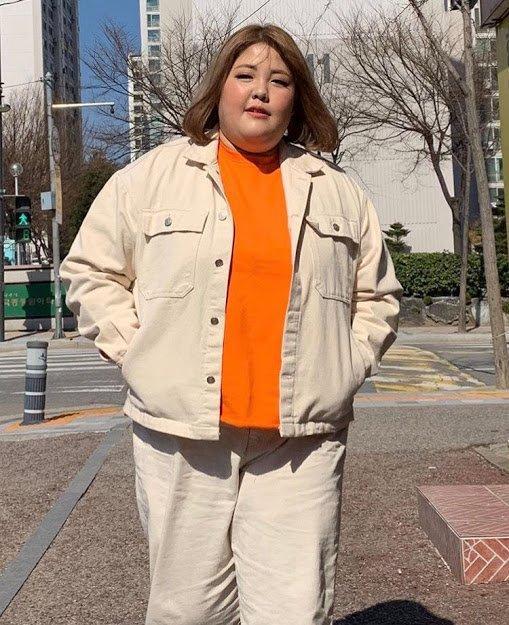 Yang Soo Bin sinh năm 1994, là một trong những mukbang đời đầu của Hàn Quốc. Nổi tiếng với biệt danh thánh ăn, nữ vlogger từng có thời điểm nặng tới 138 kg. Thân hình quá khổ khiến cô khó khăn trong việc lựa chọn trang phục. Soo Bin thường chỉ diện những bộ đồ rộng thùng thình đơn giản, phong cách nam tính.
