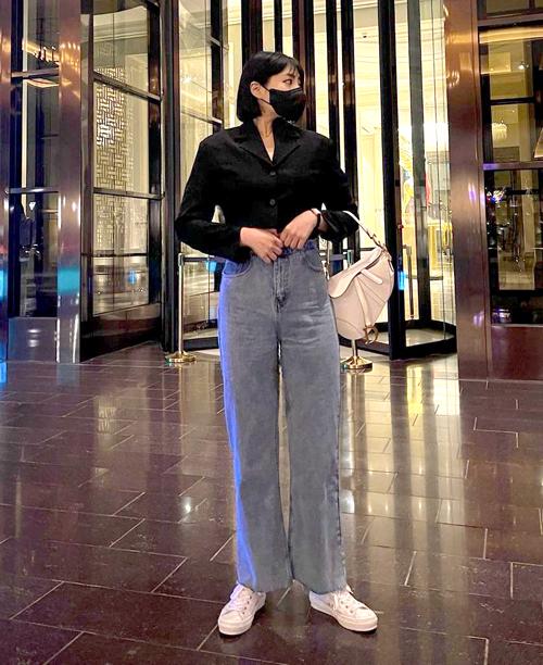 Kiểu quần jeans ống đứng làm thân hình Soo Bin mảnh mai hơn so với cân nặng 80 kg.