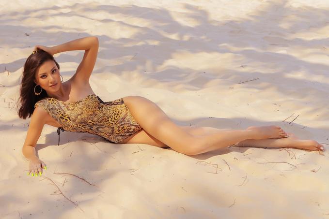 Á hậu Hoàn vũ Việt Nam 2019 Kim Duyên diện bikini khoe chân dài thẳng tắp, ba ba vòng bốc lửa chụp ảnh bên bãi biển. Cô đang tuân thủ chế độ tập luyện và ăn uống khoa học để chuẩn bị cho cuộc chinh chiến tại đấu trường nhan sắc quốc tế sắp tới.
