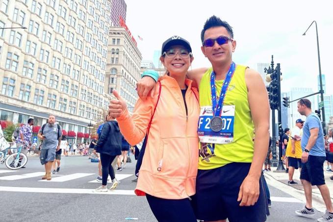 Vợ chồng Thanh Thảo dưới ống kính con gái Talia - khi ông xã Tom Han hoàn thành chặn đua marathon dài 42 km.