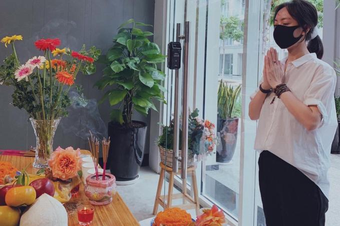 Diễn viên Thu Trang cúng khai trương văn phòng mới, cầu mong mọi việc suôn sẻ và quay thêm nhiều phim mới phục vụ khán giả.