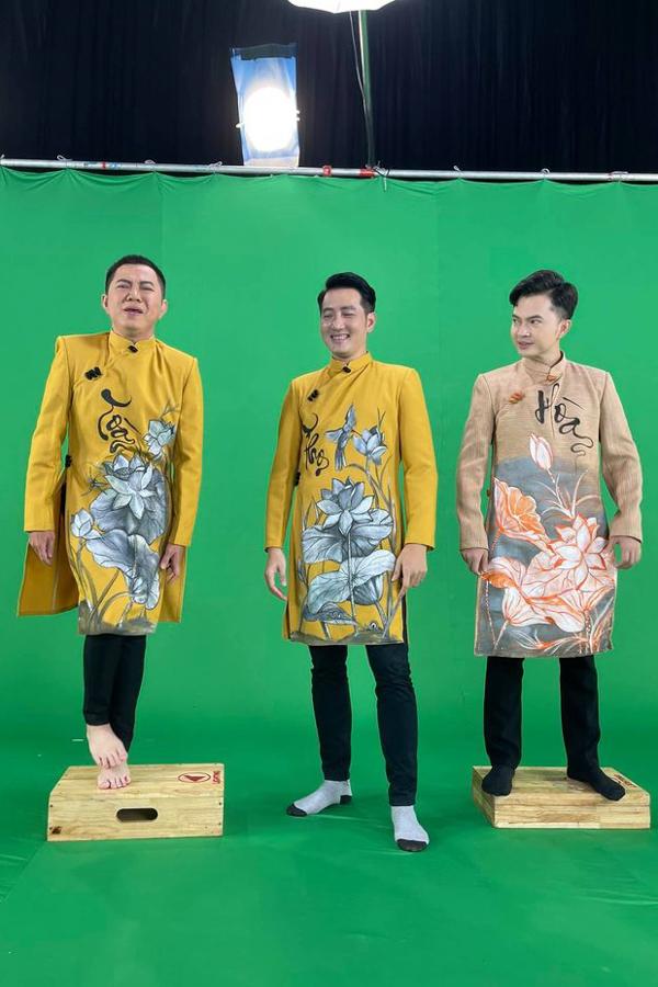 Quốc Đại - Nam Cường  đọ chiều cao cùng Nguyễn Phi Hùng trong một chương trinh ghi hình.