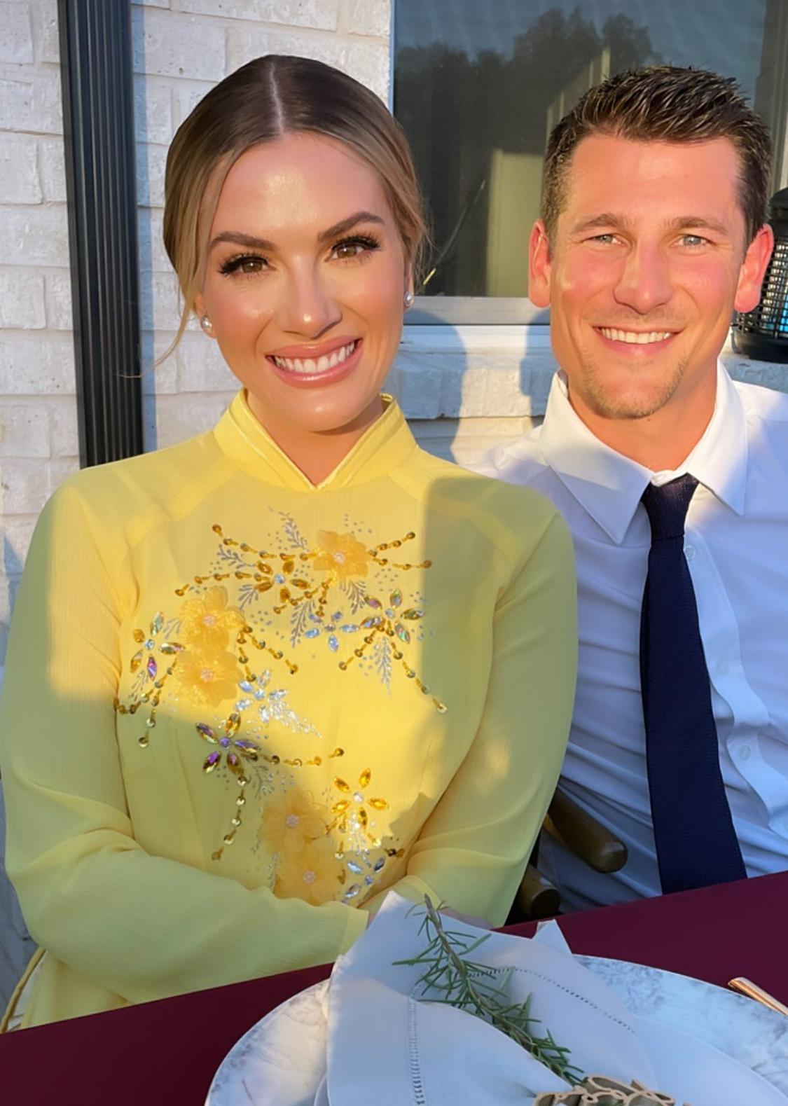 Sarah cùng chồng đi dự tiệc. Cô được phía nhà gái chuẩn bị một chiếc áo dài màu vàng nổi bật. Tuy áo hơi rộng so với cơ thể, Sarah hào hứng vì lần đầu tiên được diện trang phục truyền thống của người Việt Nam.