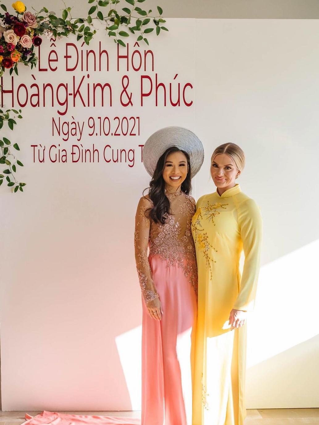 Sarah chụp ảnh cùng cô dâu Hoàng Kim Cung. Họ có mối quan hệ thân thiết vì đều đăng quang danh hiệu Hoa hậu bang Nebraska vào năm 2015 (Kim Cung) và Sarah (2018).