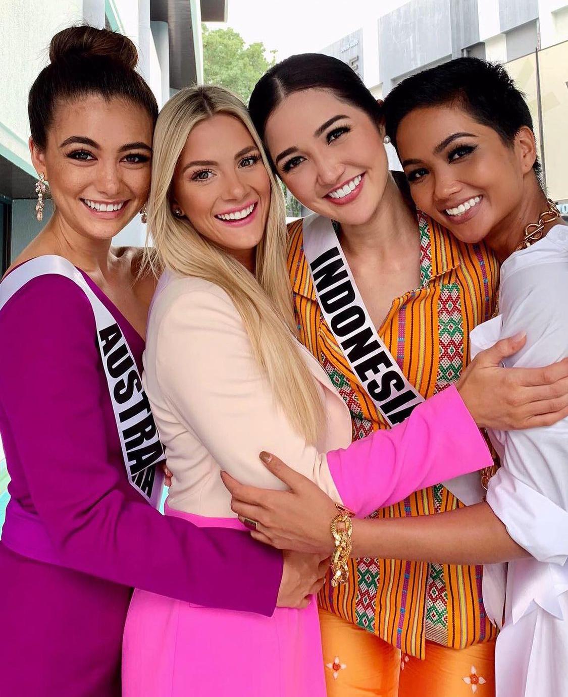 Sarah Rose Summers sinh năm 1994, cao 1,65 m và là Hoa hậu Mỹ 2018. Cô dự thi Miss Universe 2018 chung với HHen Niê. Tại cuộc thi, mỹ nhân tóc vàng gặp sự cố vạ miêng khi chê vốn tiếng Anh của HHen Niê không tốt. Kết quả, Sarah dừng chân top 20.