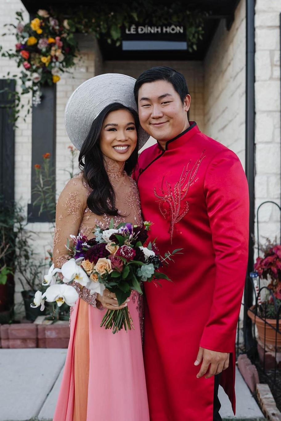 Hoàng Kim Cung hạnh phúc bên ông xã. Là công dân Mỹ, cô luôn trân trọng những giá trị truyền thống của quê hương. Vì thế, người đẹp muốn tổ chức một lễ đính hôn ấm cúng dù gặp nhiều khó khăn, áp lực.
