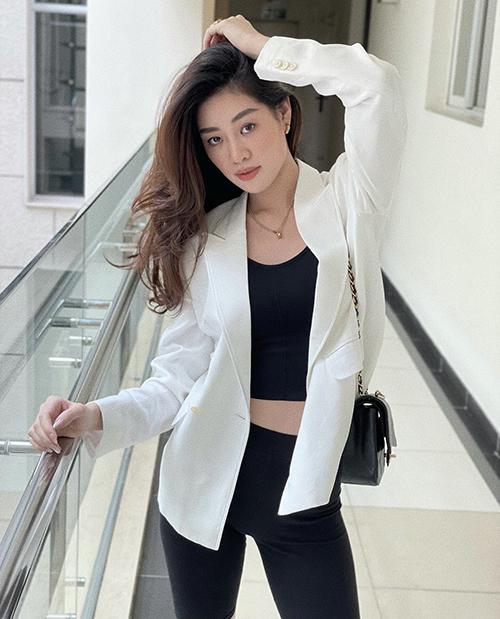 Nếu sợ mang tiếng khoe hoảng hở quá đà thì áo blazer là món đồ nên chọn để tạo nên vẻ sexy chừng mực.