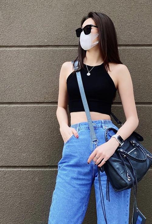 Điểm lưu ý khi diện áo hở eo ra đường là nên chọn các mẫu quần jeans lưng cao như Khánh Vân để phối đồ.