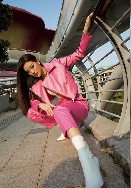 Ngoài suit thanh lịch, Khánh Vân còn mix áo crop-top cùng những mẫu áo jacket đồng điệu sắc màu với quần âu.