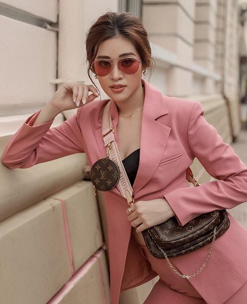 Sử dụng áo hở eo và suit đơn sắc là công thức được Khánh Vân thường xuyên áp dụng.