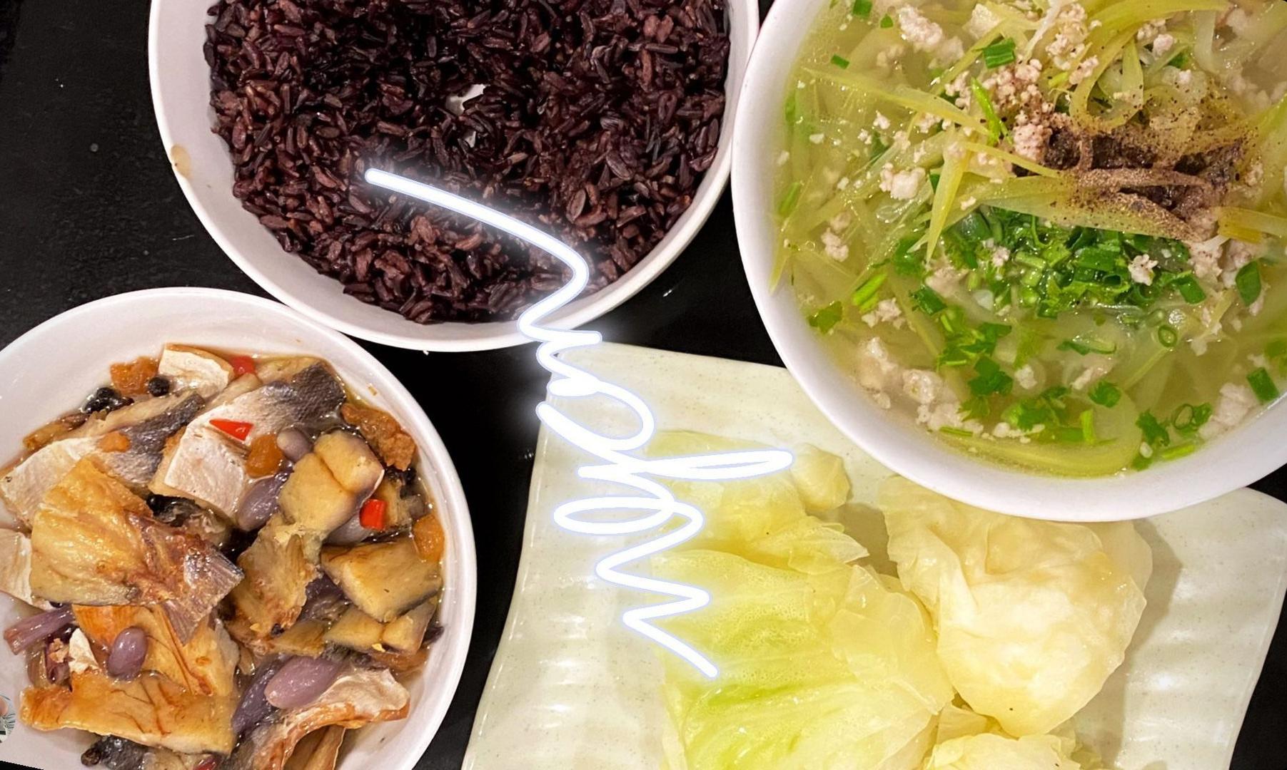 Trong bữa cơm hàng ngày, Kiều Minh Tuấn cũng thường thay thế gạo trắng bằng gạo lứt. Các món mặn còn lại nấu như bình thường. Mâm cơm của gia đình anh gồm các món giản dị như canh bí thịt băm, cá sốt, bắp cải luộc chấm mắm ớt...
