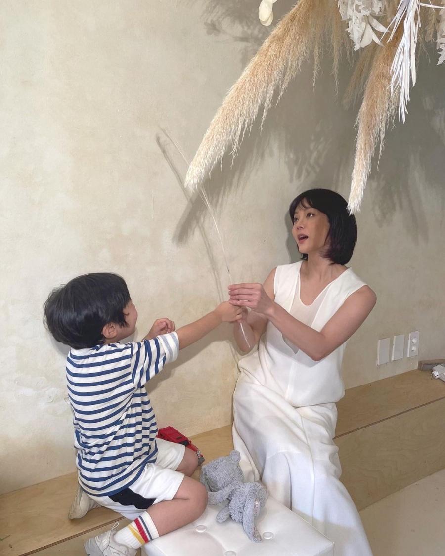 Chae Rim và con trai vui chơi.
