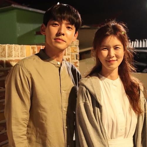 Cặp đôi cô điều dưỡng - anh cảnh sát được yêu thích của Hometown Cha-Cha-Cha. Ảnh: Instagram Gong Min Jung