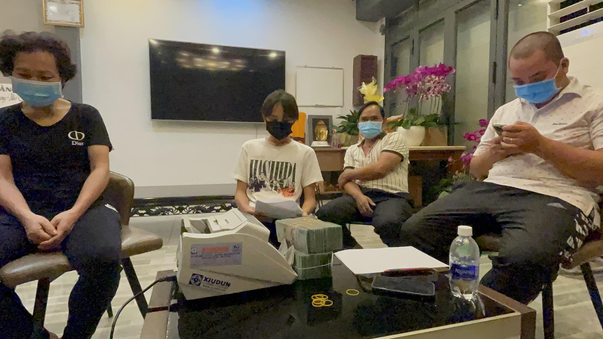 Gia đình Hồ Văn Cường nhận lại tiền từ phía Phi Nhung.