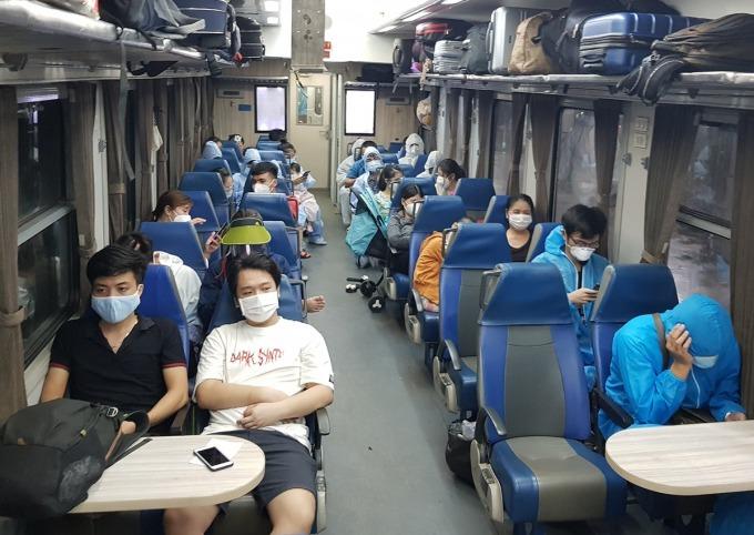 Tàu chuyên biệt đưa khách từ ga Sài Gòn về Hà Tĩnh tối 24/7. Ảnh: Anh Duy.