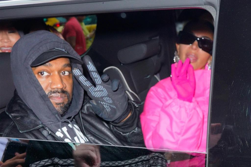 Kanye West cùng Kim Kardashian đến buổi tập luyện Saturday Night Live. Ảnh: GC