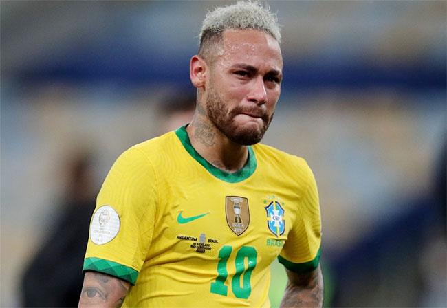 Neymar khóc sau khi thất bại ở chung kết Copa America trước Argentina hôm 11/7. Ảnh: Reuters