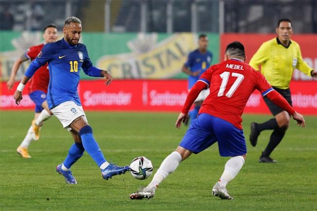 Neymar nói vì mặc áo rộng nên trông có vẻ tăng cân sau khi bị nhiều fan nhà nói anh béo. Ảnh: EPA